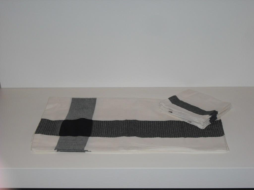 Tovaglia con 8 tovaglioli Cierre Black&White